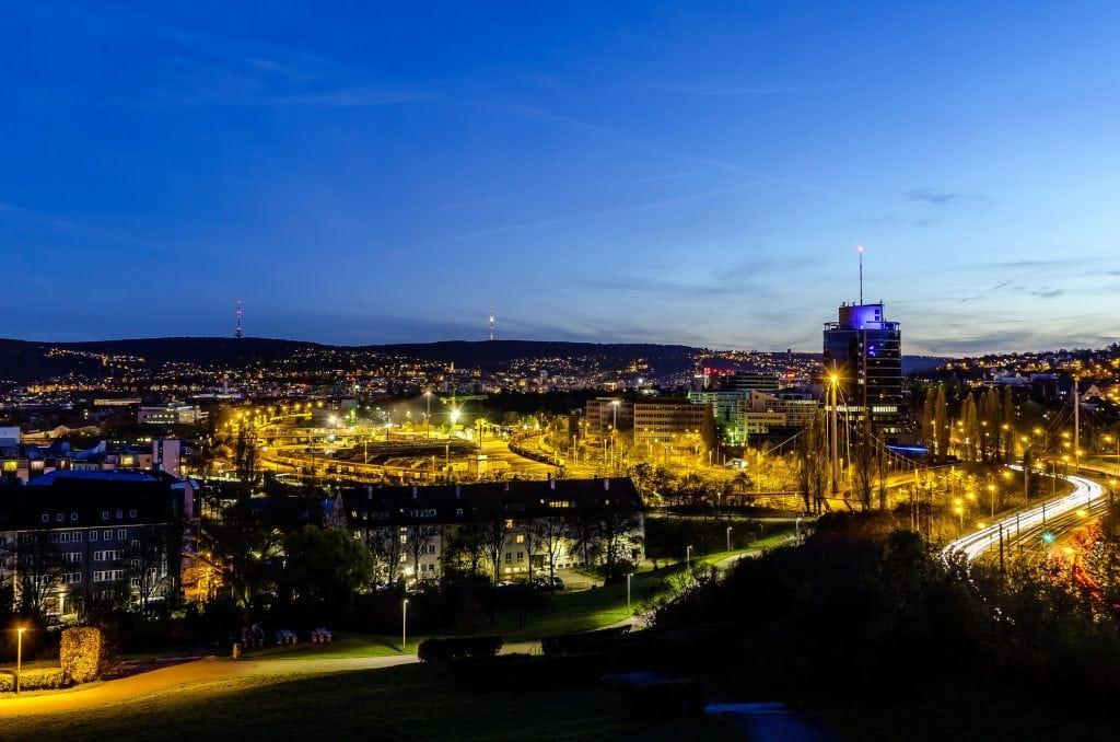 Stuttgart bei Nacht - Blick auf den Pragsattel zur blauen Stunde