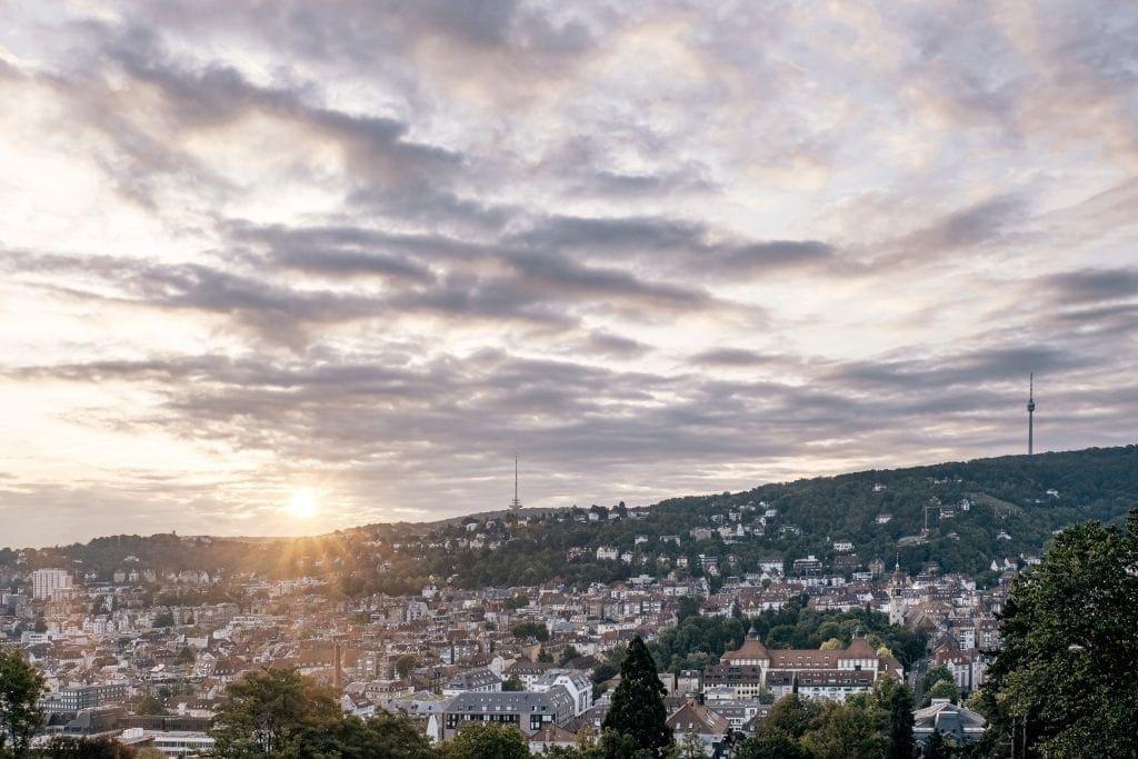 Der Ausblick von der Karlshöhe über Stuttgart ist auch bei Sonnenaufgang atemberaubend