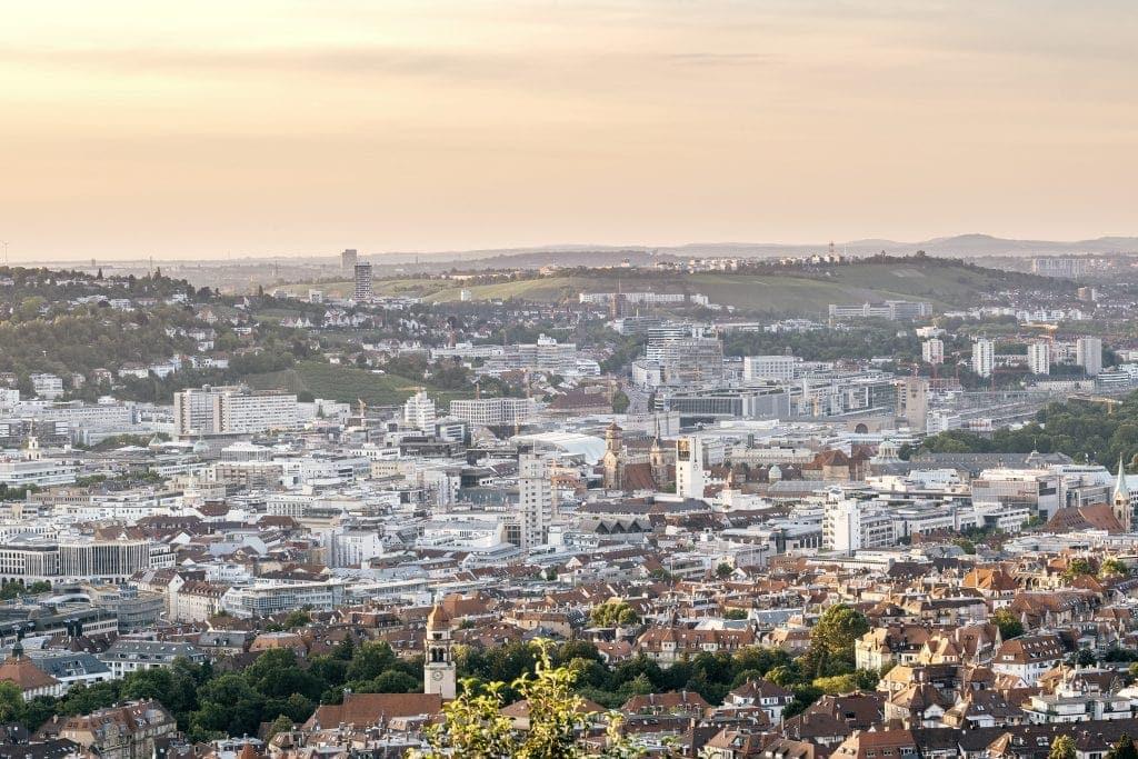 Die Aussicht auf Stuttgart ist vom Santiago de Chile Platz aus grandios