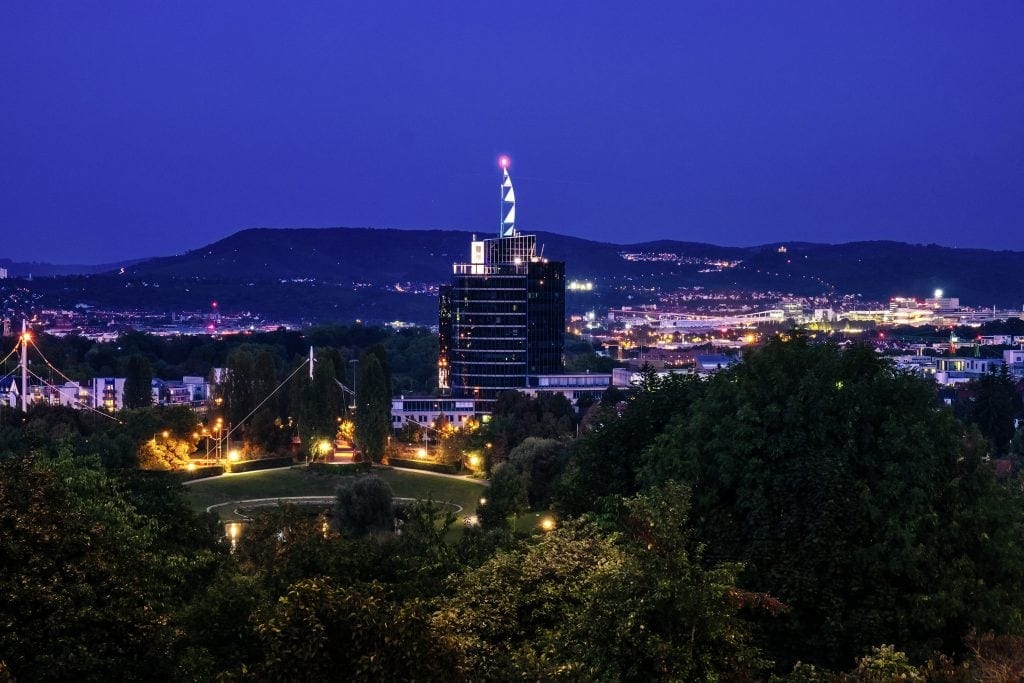 Aussicht auf Stuttgart bei Nacht vom Aussichtspunkt Sankt-Helens-Steg aus